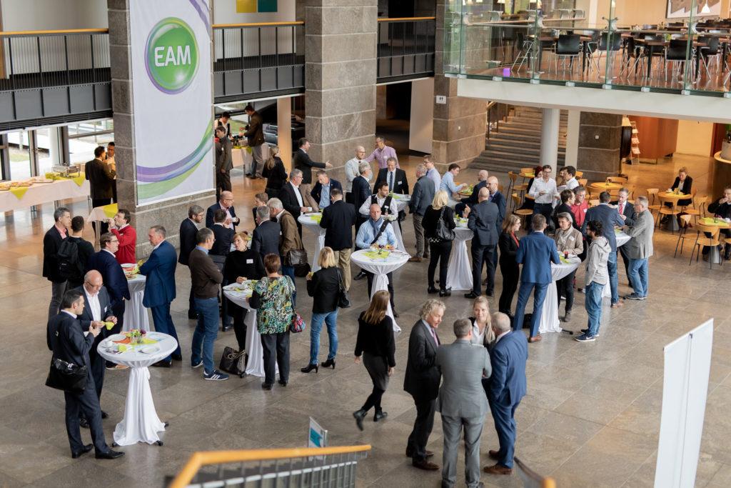 Im Foyer von EAM netzwerken interessierte Besucher.