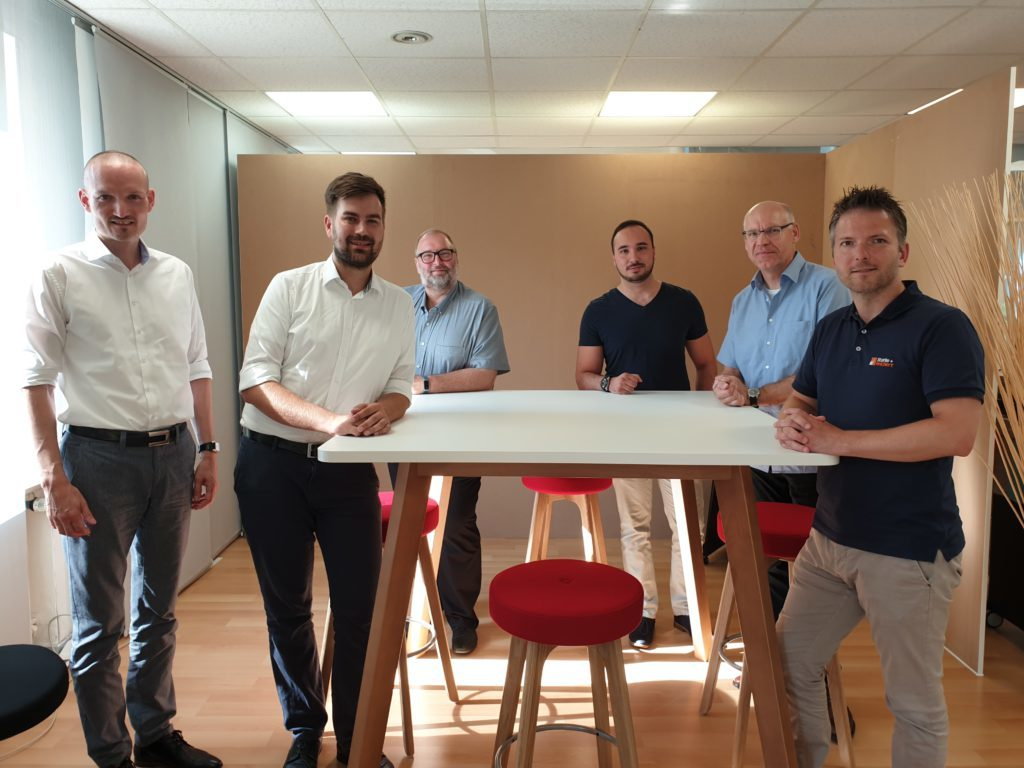 Auf dem Foto sind (v.l.n.r.): Janek Götze (KIW), Christopher Gelling (KIW), Ralph Backes (KIW), Dzemal Alic (PCS Systemtechnik), Frank Lagemann (GreenGate) und Felix Reichert (Starke+Reichert).